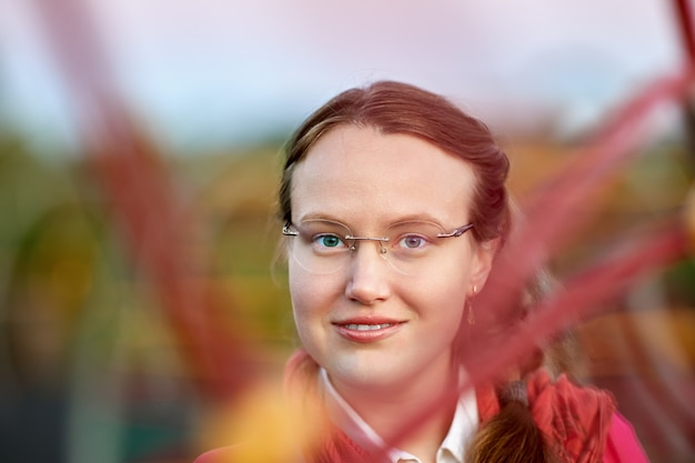 外の眼鏡をかけた若い白人女性の肖像画