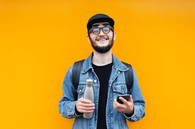 オレンジ色の若い陽気な流行に敏感な男の肖像画