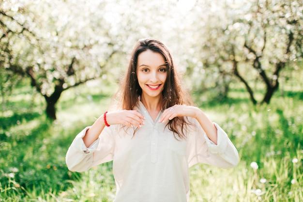 Портрет молодой веселой женщины в лесу