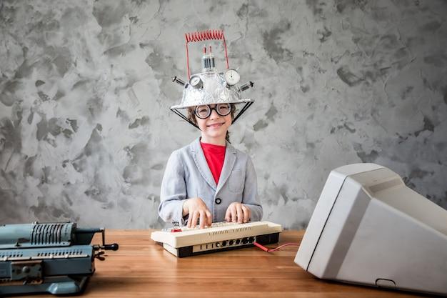 幼児の肖像画は、ビジネスマンの成功の創造性と革新技術の概念のふりをします