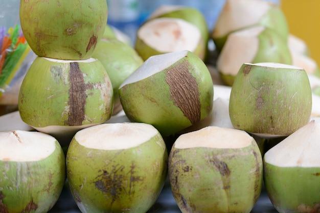 販売のための市場に積み上げられた若いココナッツの肖像画