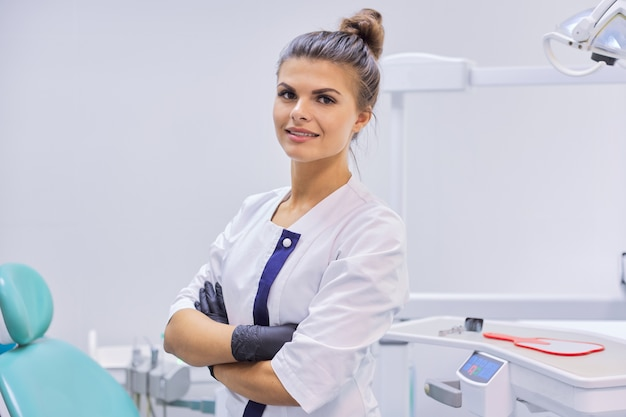 若い自信を持って歯科医の医者の女性の肖像画