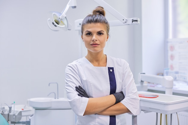 Портрет молодой женщины врач стоматолог уверен