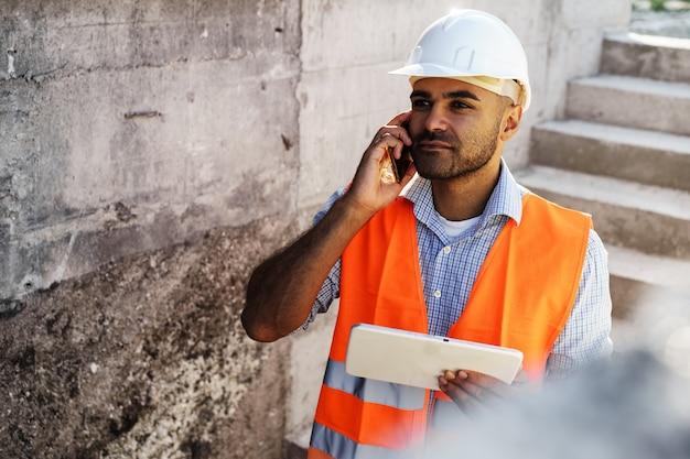 안전모를 쓰고 있는 젊은 건설 엔지니어의 초상화, 클로즈업
