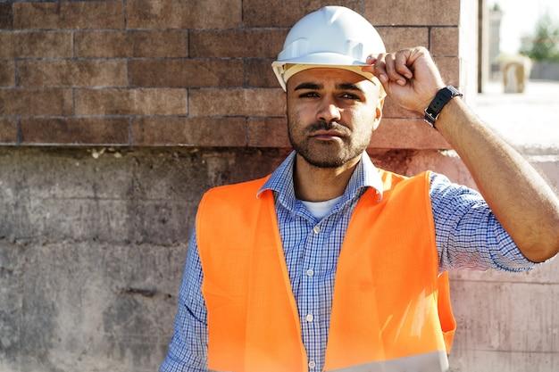 안전모를 쓴 젊은 건설 엔지니어의 초상화
