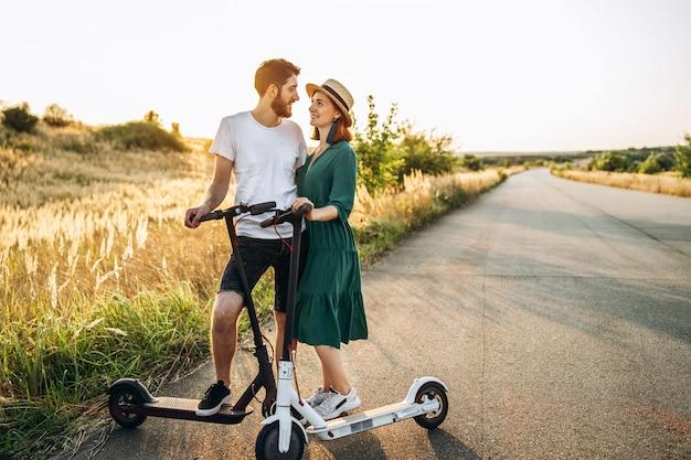 Портрет молодой пары на закате с красивым природным ландшафтом.