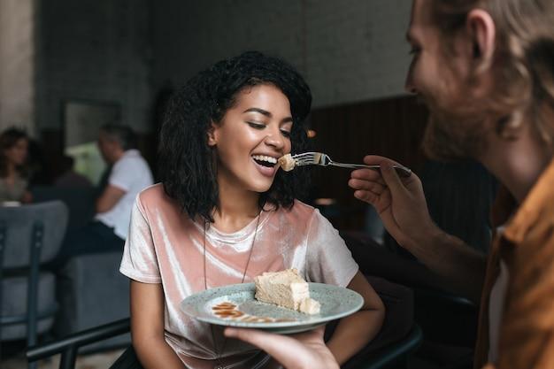 레스토랑에서 케이크를 먹는 젊은 부부의 초상화