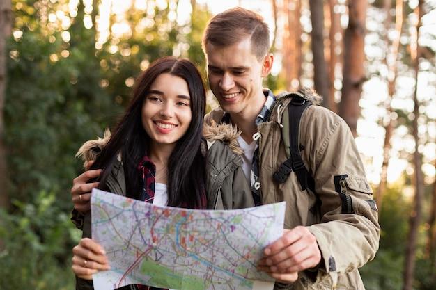 一緒に自然を楽しむ若いカップルの肖像画