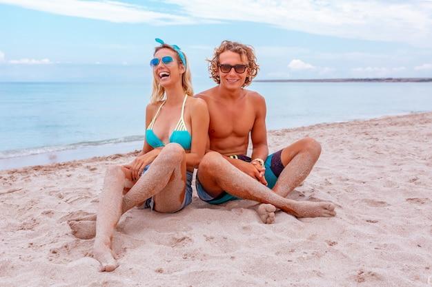 해변에서 사랑에 젊은 부부의 초상화와 함께 즐기는 시간. 젊은 부부는 모래 해 안에 재미.