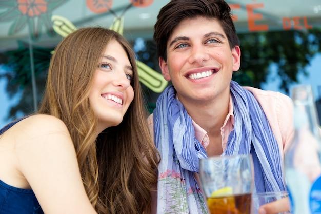 通りに恋する若いカップルの肖像