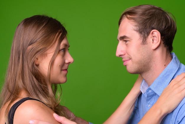 녹색 벽에 함께 젊은 부부의 초상화