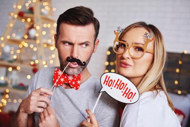 クリスマスマスクと若いカップルの肖像画