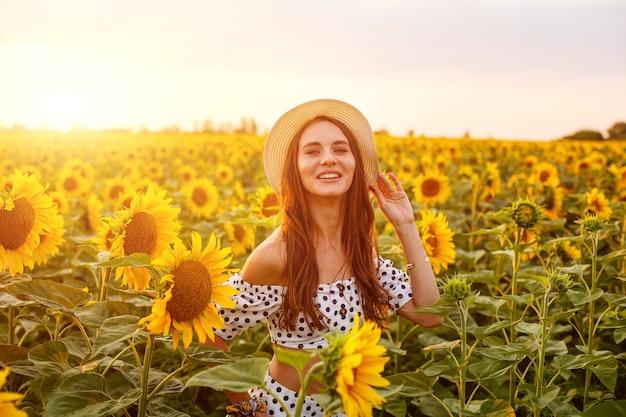 밀 짚 모자에 젊은 귀여운 여자의 초상화