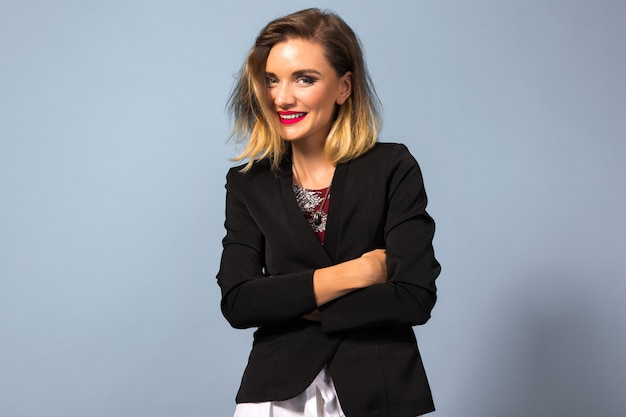 Портрет молодой элегантной женщины с ярким макияжем и темным пиджаком