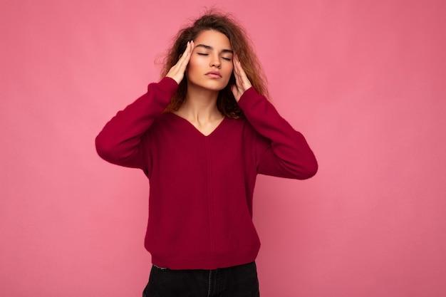 Портрет молодой эмоциональной красивой брюнетки кудрявой женщины с искренними эмоциями в модном розовом