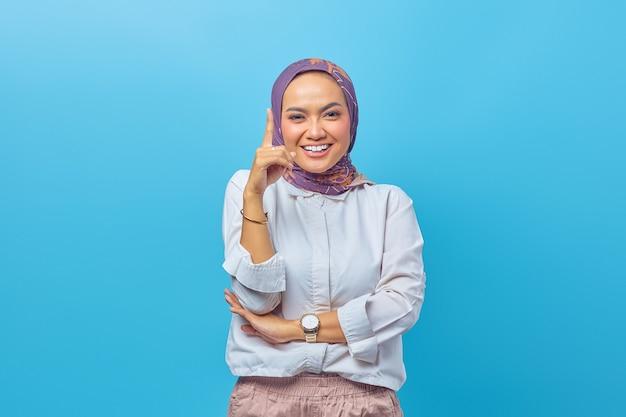 若い興奮した幸せな女性の肖像画は、青い背景に分離されたアイデアを持っています