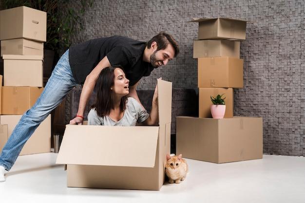 Портрет молодой семьи празднуют квартиру