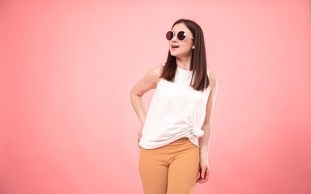笑顔のサングラスの若いファッション女性の肖像画