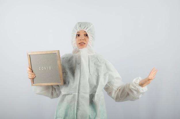 방어 실험실 코트를 입고 젊은 여성 의사 과학자의 초상화.
