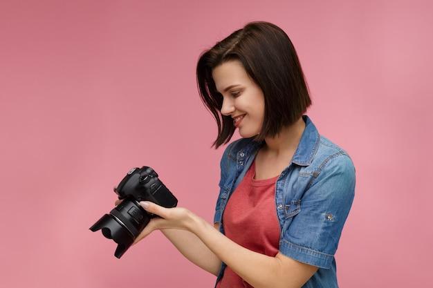 Портрет молодой женщины-фотографа изолированы