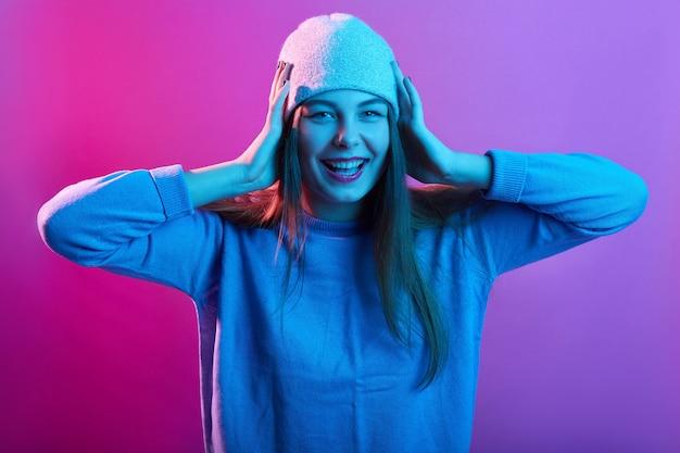Портрет молодой девушки с длинными волосами, возбужденно смотрящей на камеру