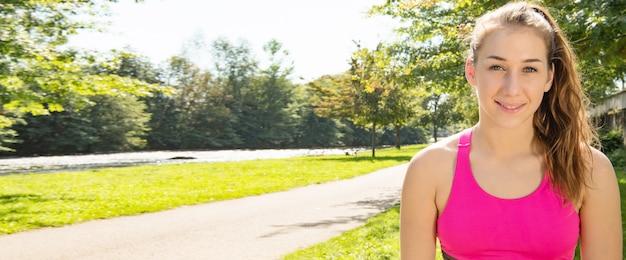 젊은 맞는 여자 야외, 가로 사진 배너의 초상화