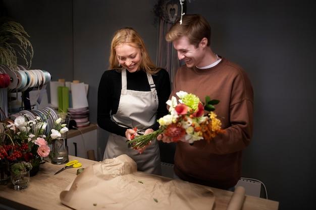 함께 일하는 젊은 꽃집의 초상화