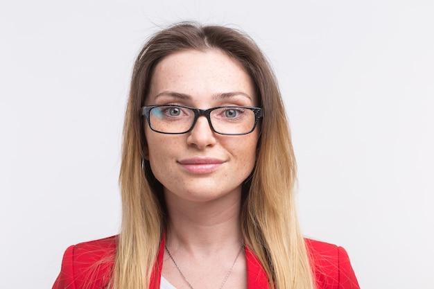 흰색 배경에 대해 안경을 쓰고 젊은 주근깨가 여자의 초상화