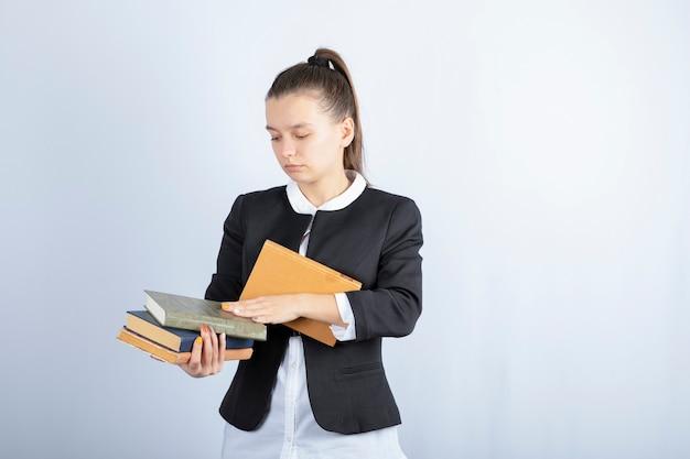 흰색 바탕에 책을 들고 젊은 여자의 초상화. 고품질 사진