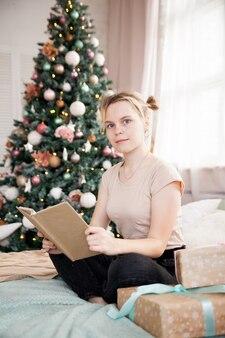 집에서 새 해 휴일에 젊은 여자의 초상화.
