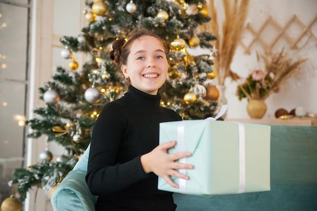 Портрет молодой девушки в новогодние праздники дома.