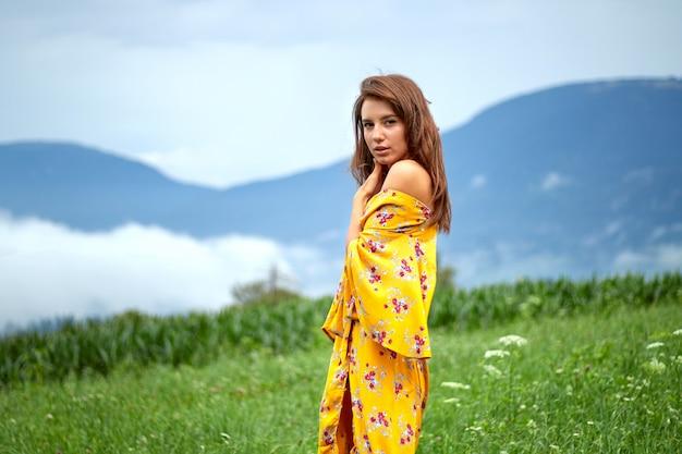 黄色のドレスの少女の肖像画