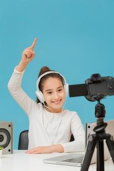 Портрет молодой девушки с наушниками записи видео