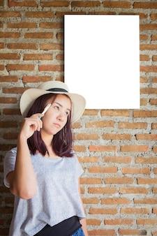 若い女の子の女性の肖像画は、ホワイトボード、女の子の学生で考えると説明します。