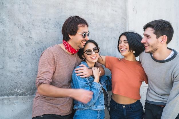 一緒に楽しい時間を過ごし、屋外で楽しんでいる友人の若いグループの肖像画。ライフスタイルと友情の概念。