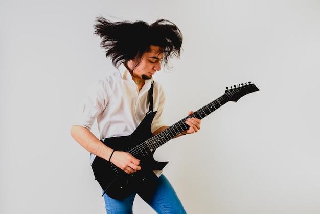 그의 얼굴에 제스처와 함께 젊은 기타리스트의 초상화.