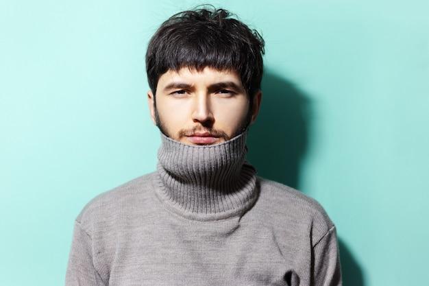 스웨터를 입고 젊은 남자의 초상화