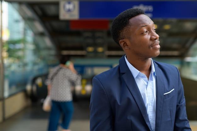 Портрет молодого красивого африканского бизнесмена возле станции метро