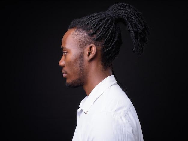 블랙에 험 상을 가진 젊은 잘 생긴 아프리카 사업가의 초상화