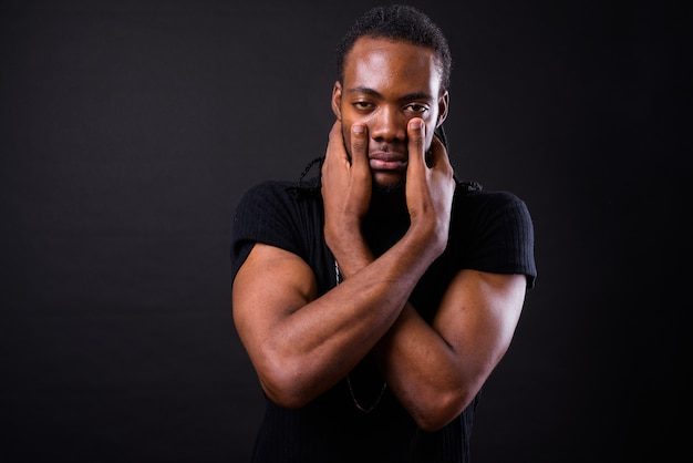 블랙에 험 상을 가진 젊은 잘 생긴 아프리카 남자의 초상화