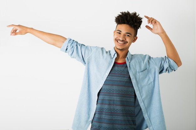 白の若いハンサムな黒人男性の肖像画