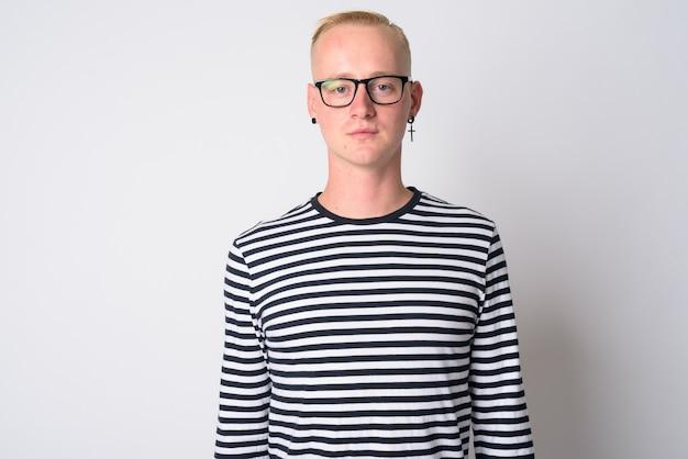白地にモノクロの服でクールに見える若いハンサムな金髪の流行に敏感な男の肖像画