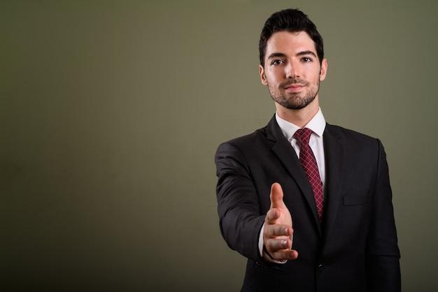 Портрет молодого красивого бизнесмена в костюме