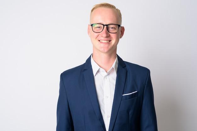 スーツと白の眼鏡の短いブロンドの髪を持つ若いハンサムなビジネスマンの肖像画