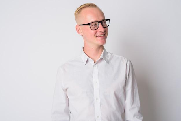 白の眼鏡をかけている短いブロンドの髪を持つ若いハンサムなビジネスマンの肖像画