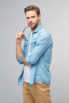 Портрет молодого красивого кавказского мужчины в джинсовой рубашке