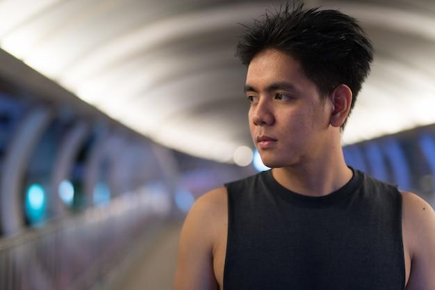 バンコク、タイの街で若いハンサムなフィリピン人男性の肖像画
