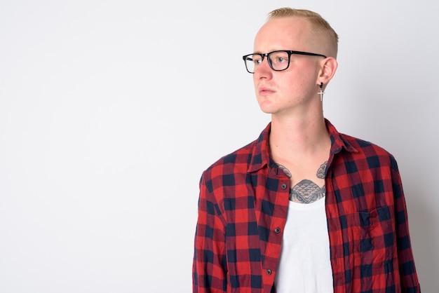 白の眼鏡をかけている短いブロンドの髪を持つ若いハンサムな流行に敏感な男の肖像画
