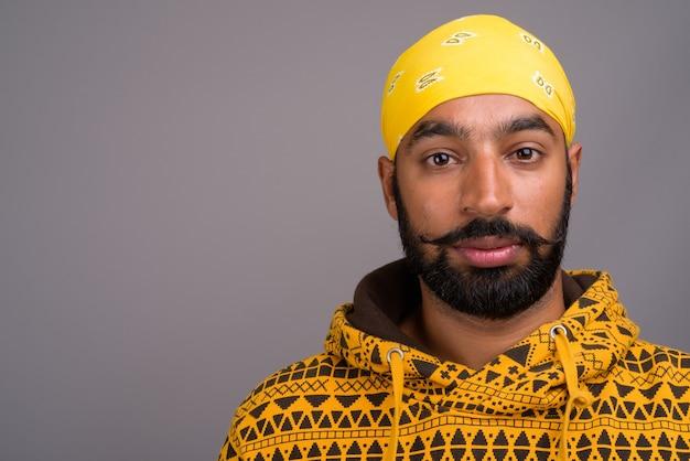 パーカーを着ている若いハンサムなインド人の肖像画