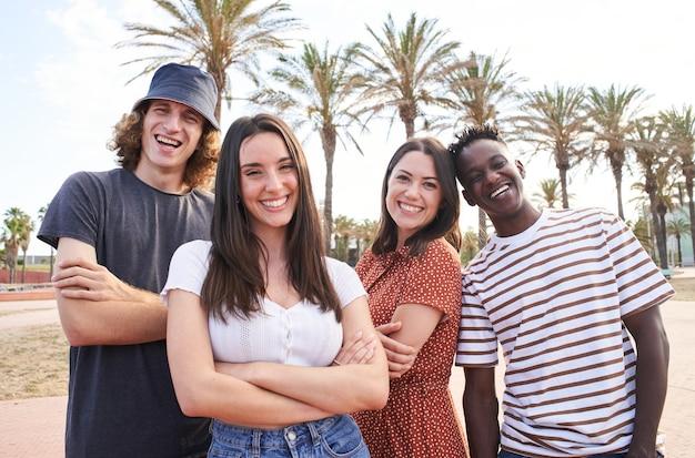 Портрет молодых красивых межрасовых студентов эразмус. группа счастливых студентов, смотрящих в камеру.